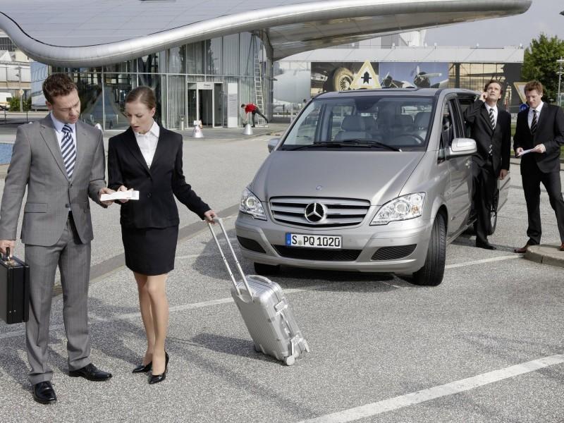 Встреча зарубежных партнеров в аэропорту с водителем